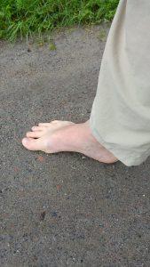 barfuss-auf-sandweg