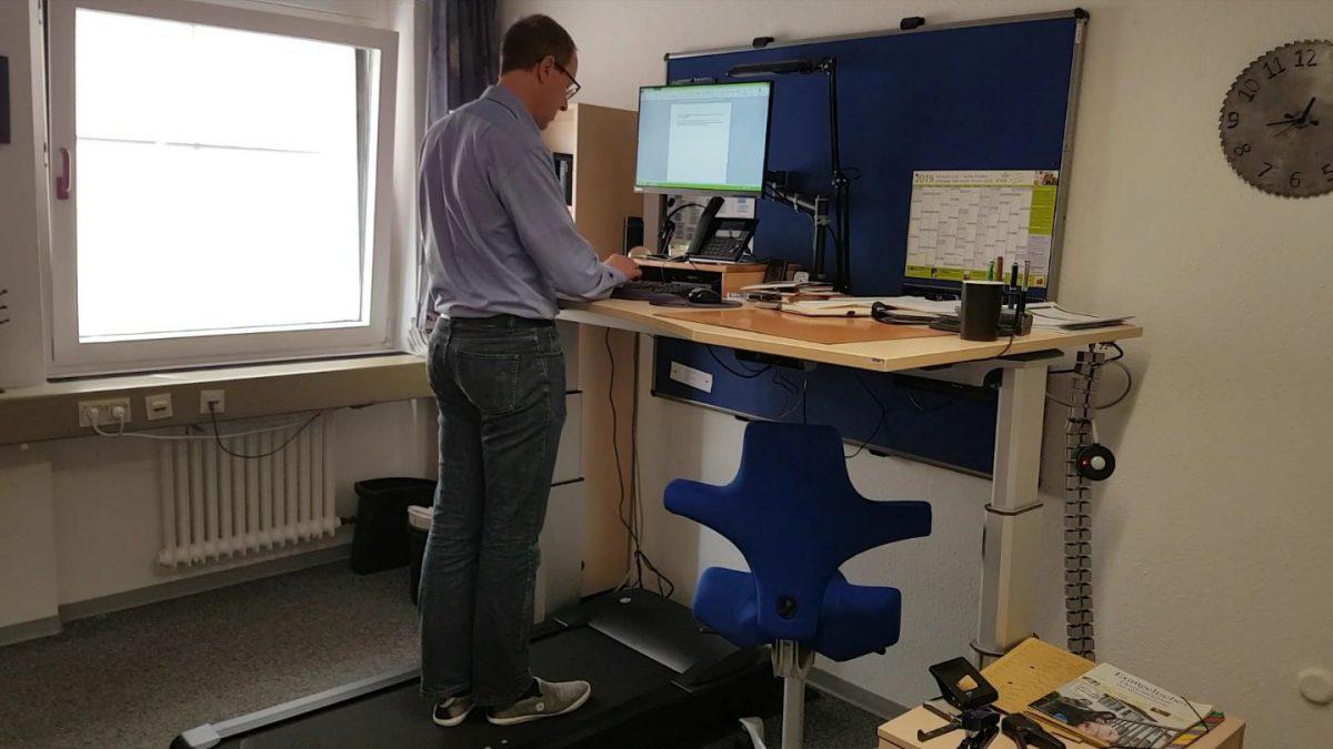 Arbeiten am Laufband-Schreibtisch